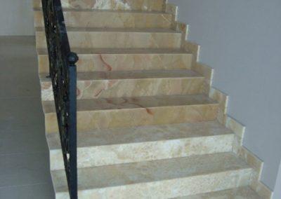 Mészkő lépcsőburkolat, onyx lépcsőburkolat és kandalló 2
