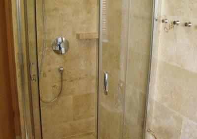 Mészkő fürdőszobaburkolat, mosdópult, stokkolt mészkő zuhanytálca 4