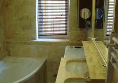 Mészkő fürdőszobaburkolat, mosdópult, stokkolt mészkő zuhanytálca 2