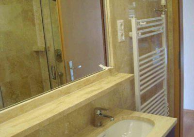 Mészkő fürdőszobaburkolat, mosdópult, stokkolt mészkő zuhanytálca 1