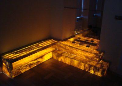 Onyx látványkandalló nappali fényben és megvilágítva 3