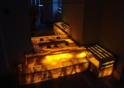 Onyx látványkandalló nappali fényben és megvilágítva 1