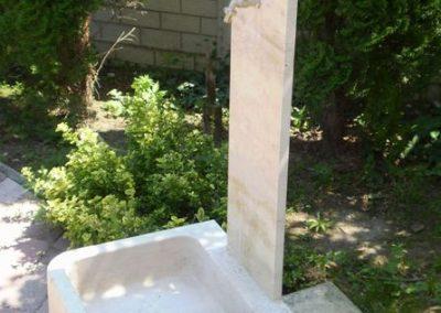 Mészkő kerti mosdó